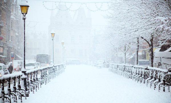 verschneite Brücke mit wunderbaren nostalgischen Laternen,filip-bunkens-155405-unsplash